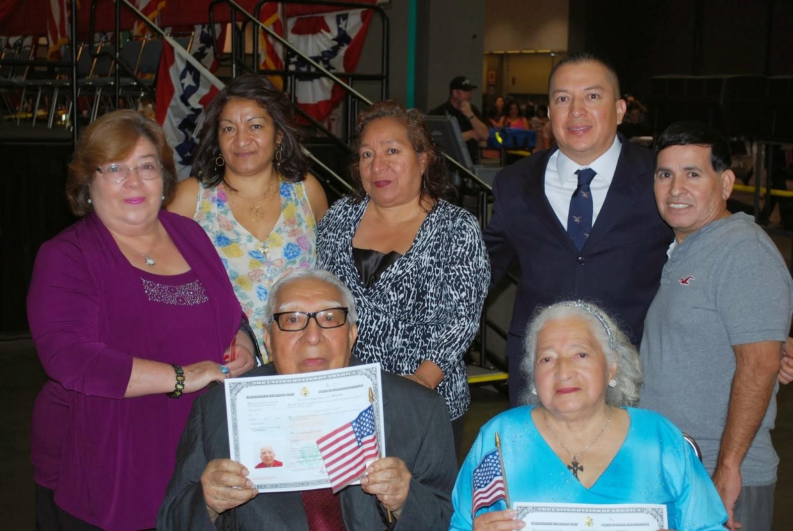Don Jorge García muestra orgulloso su Certificado de Naturalización. A su lado doña Rafaela Maradiaga de García. Le acompañan sus familiares.