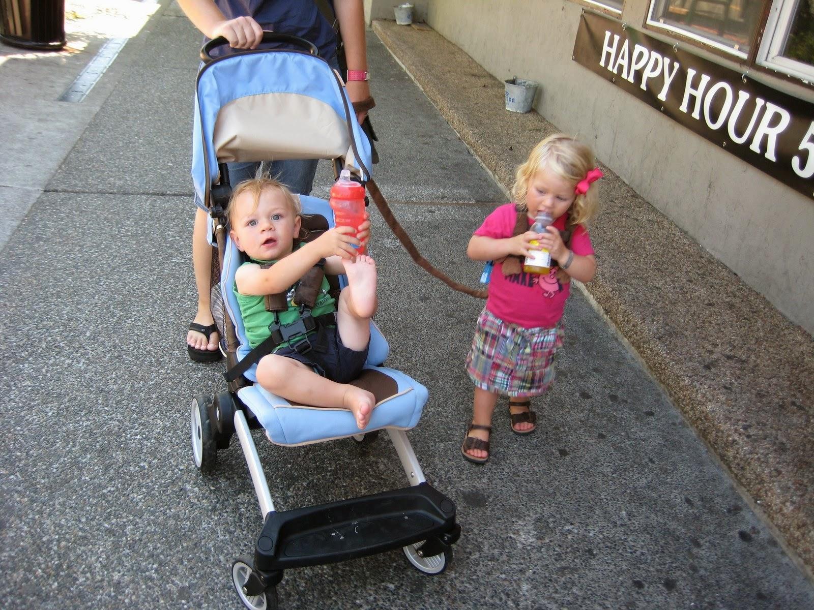 dziecko na smyczy, prowadzenie dziecka na smyczy