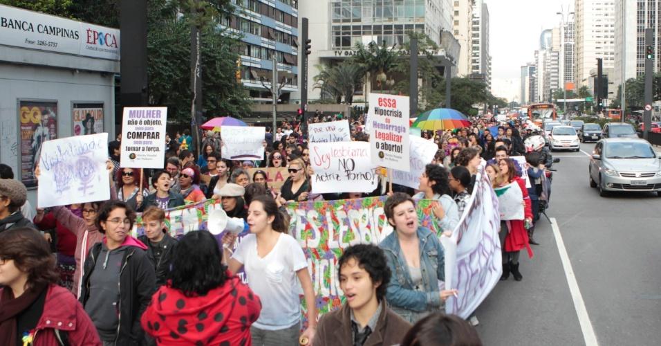 Manifestantes carregam cartazes em protesto contra a homofobia durante a 10ª Caminhada de Lésbicas e Bissexuais na avenida Paulista (Foto: Fernando Donasci)