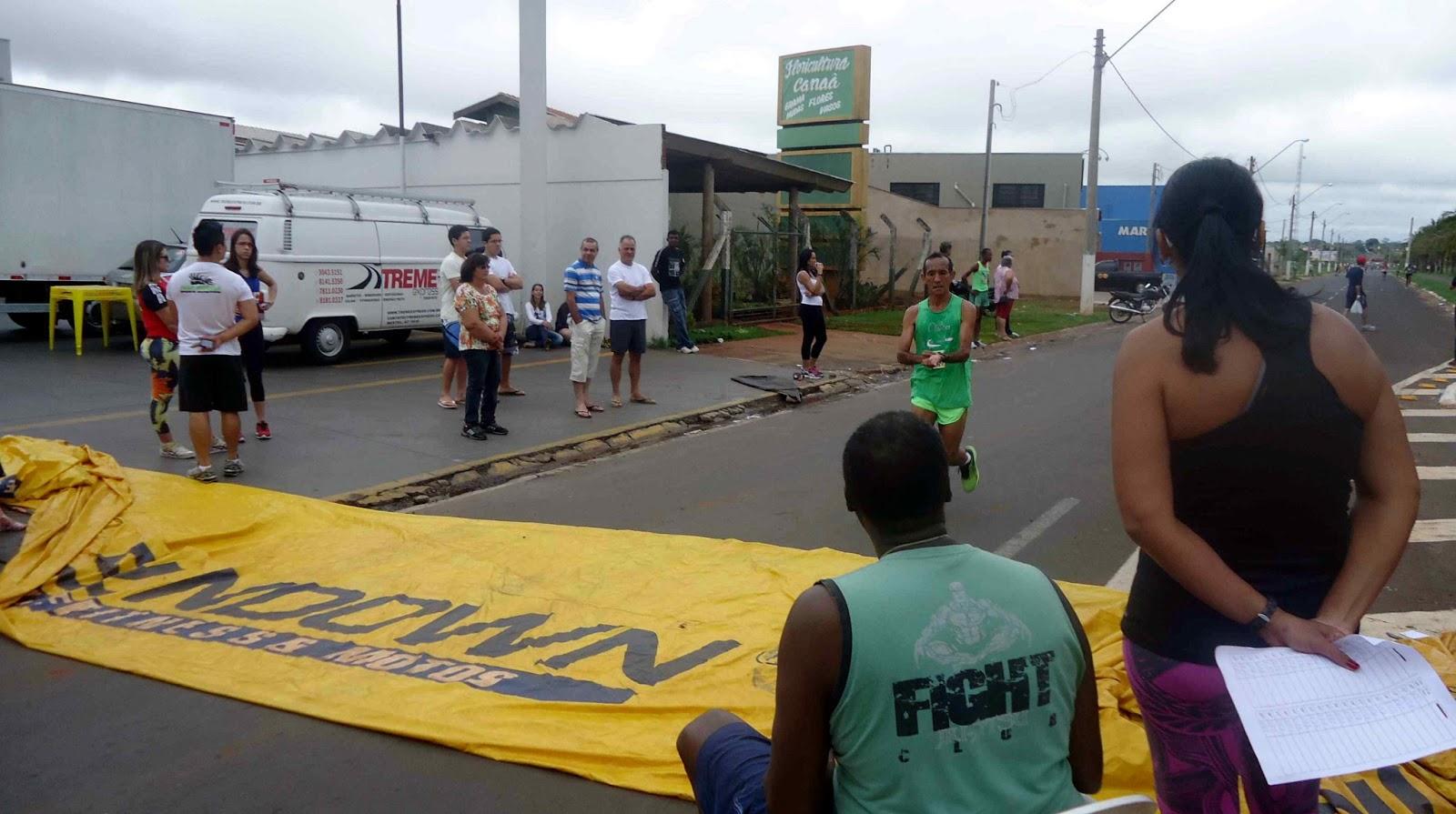 Foto 97 da 1ª Corrida Av. dos Coqueiros em Barretos-SP 14/04/2013 – Atletas cruzando a linha de chegada