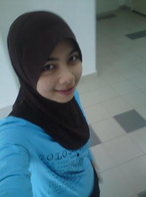 Awek t shirt biru berbonjol bertudung
