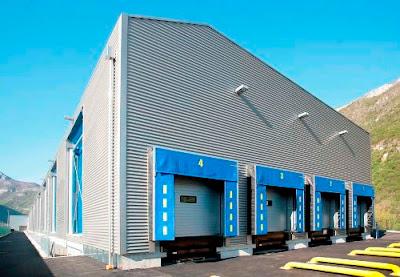 gudang dengan cladding metal corrugated