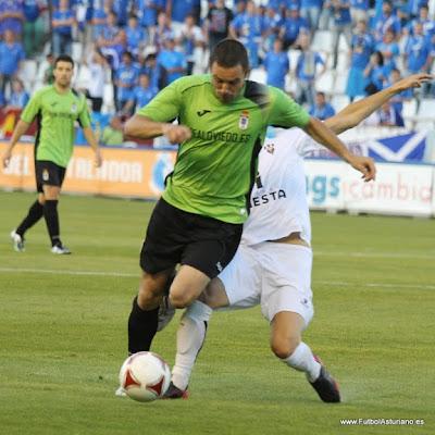 Diego Cervero conduce el balón ante un jugador del Albacete