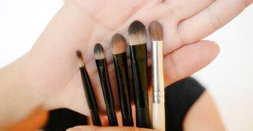 pinceles y borchas para aplicar sombras de ojos en crema