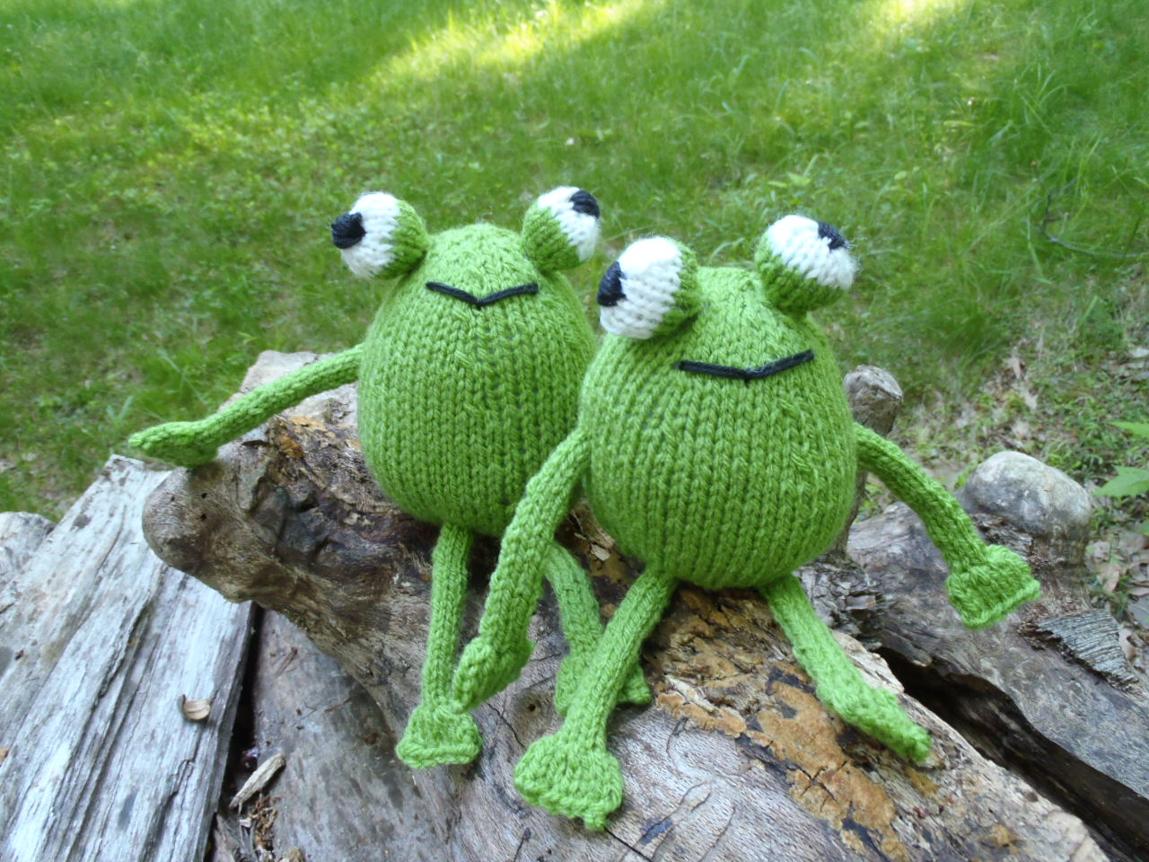 stana 39 s critters etc knitting pattern for chadwick and igor the frog twins. Black Bedroom Furniture Sets. Home Design Ideas