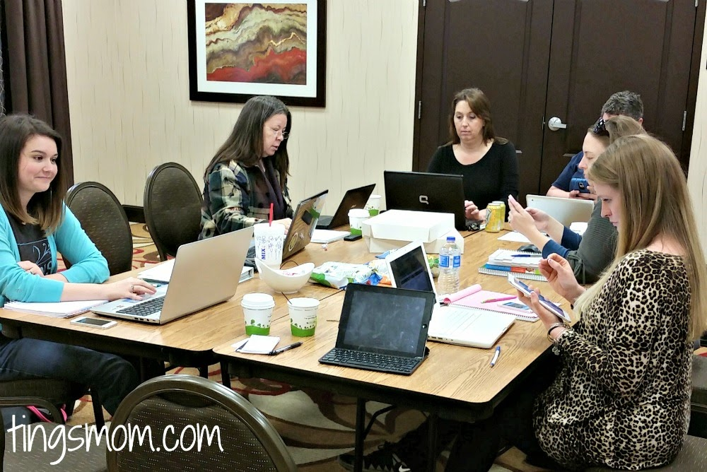 women bloggers working