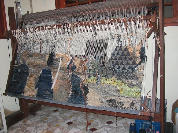 SCHUCMAN, Henrique. Tear de alto liço sendo tecida tapeçaria na técnica de Gobelin. Foto: Schucman