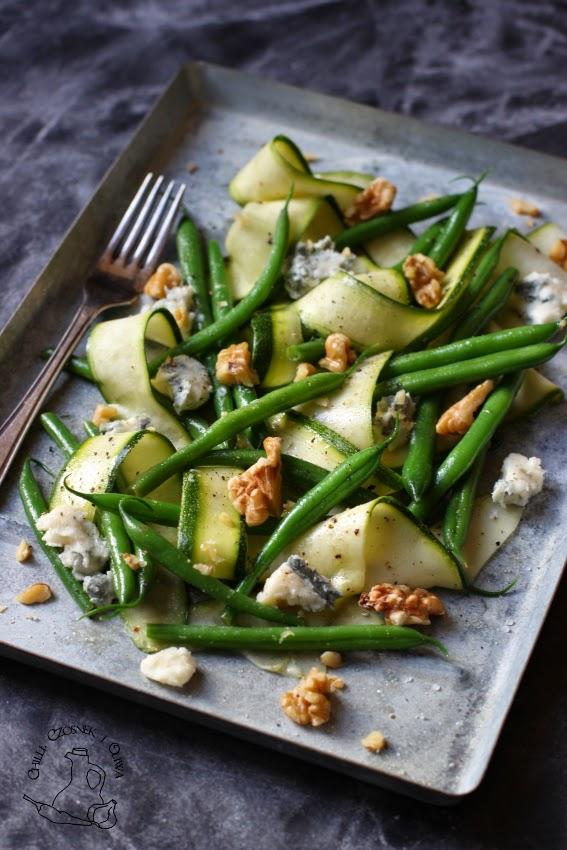 salatka cukinia fasolka orzechy ser