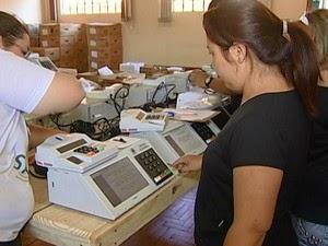 Urnas são preparadas pela Justiça Eleitoral (Foto: Reprodução/TV Integração)