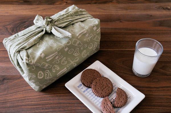 regalo envuelto con pañuelo encantador