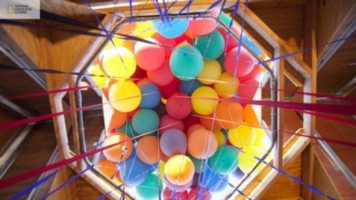 شاهدوا بالصور: ناشيونال جيوغرافيك تقوم بمحاولة ناجحة لصنع بيت البالونات الطائر 201209192025232505