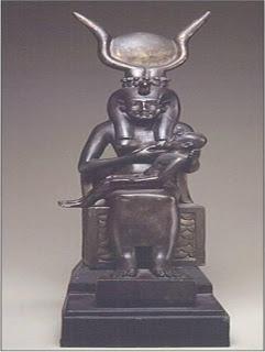 تمثال للالهه ايزيس وهى ترضع ابنها حورس