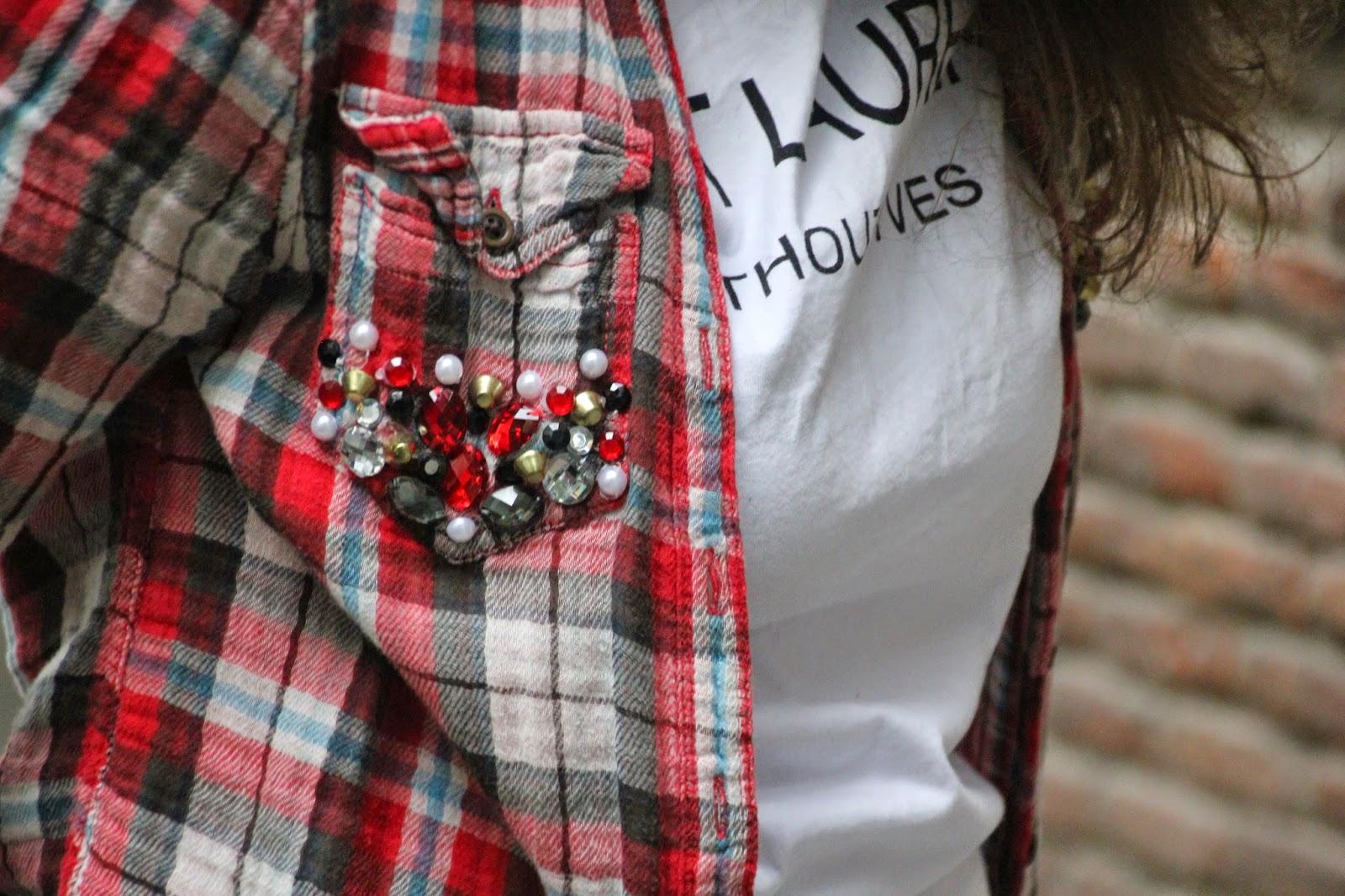 DIY Customiza tu camisa de cuadros con tachuelas y abalorios. Blog diy y costura