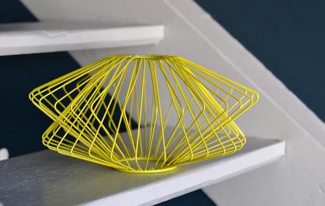 past present suspension fil de fer jaune dans le style 50. Black Bedroom Furniture Sets. Home Design Ideas