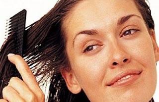 أهم النصائح العلاجية والجمالية للعناية بالشعر الجاف - تمشيط تسريح الشعر - امرأة تمشط تسرح شعرها