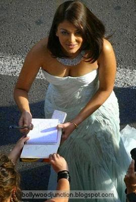 Aishwarya Rai Bachchan giving autograph in red carpet