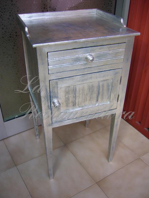 La restauradora: mesa de noche en plata.