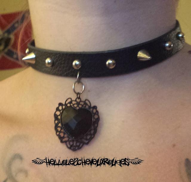 Collier ras de cou gothique création terminée porté autour de mon cou www.hellolescheveuxrouges.com