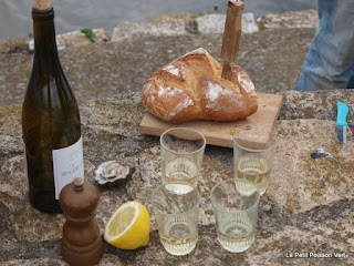 Wilde oesters, witte wijn en brood met boter, mmmm!