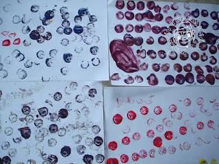 Szöveg: Kísérletezés után, jöhet a színek alkalmazása... Kép: Közelkép négy A4-es fehér lapról, amin végig van pecsételve különböző pecsétekkel klönféle alakzatokban.