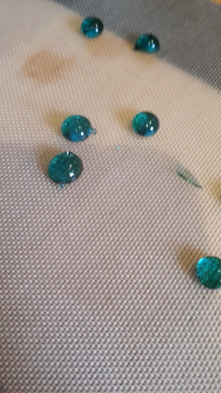 petites billes de sucre bleues