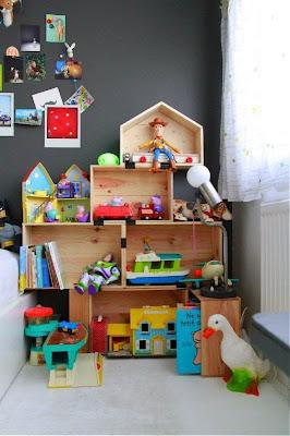 Caixotes de madeira em quarto infantil