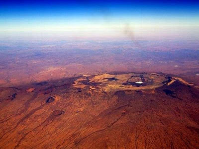 Emi Koussi, o pico mais alto do Saara é um vulcão.