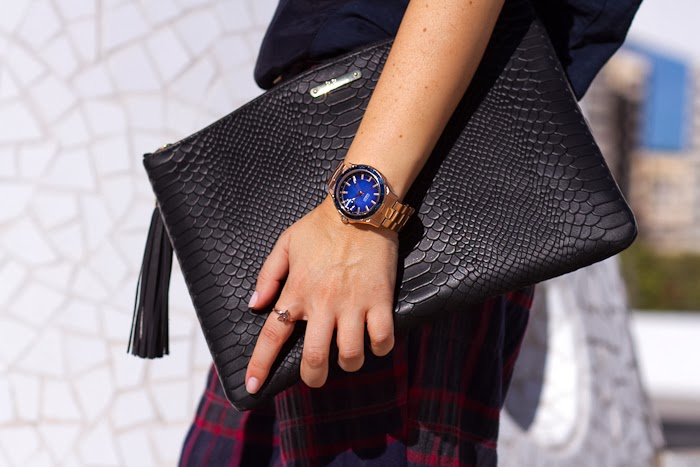 Clutch: GIGI New York y Reloj esfera Azul de Guess Watches