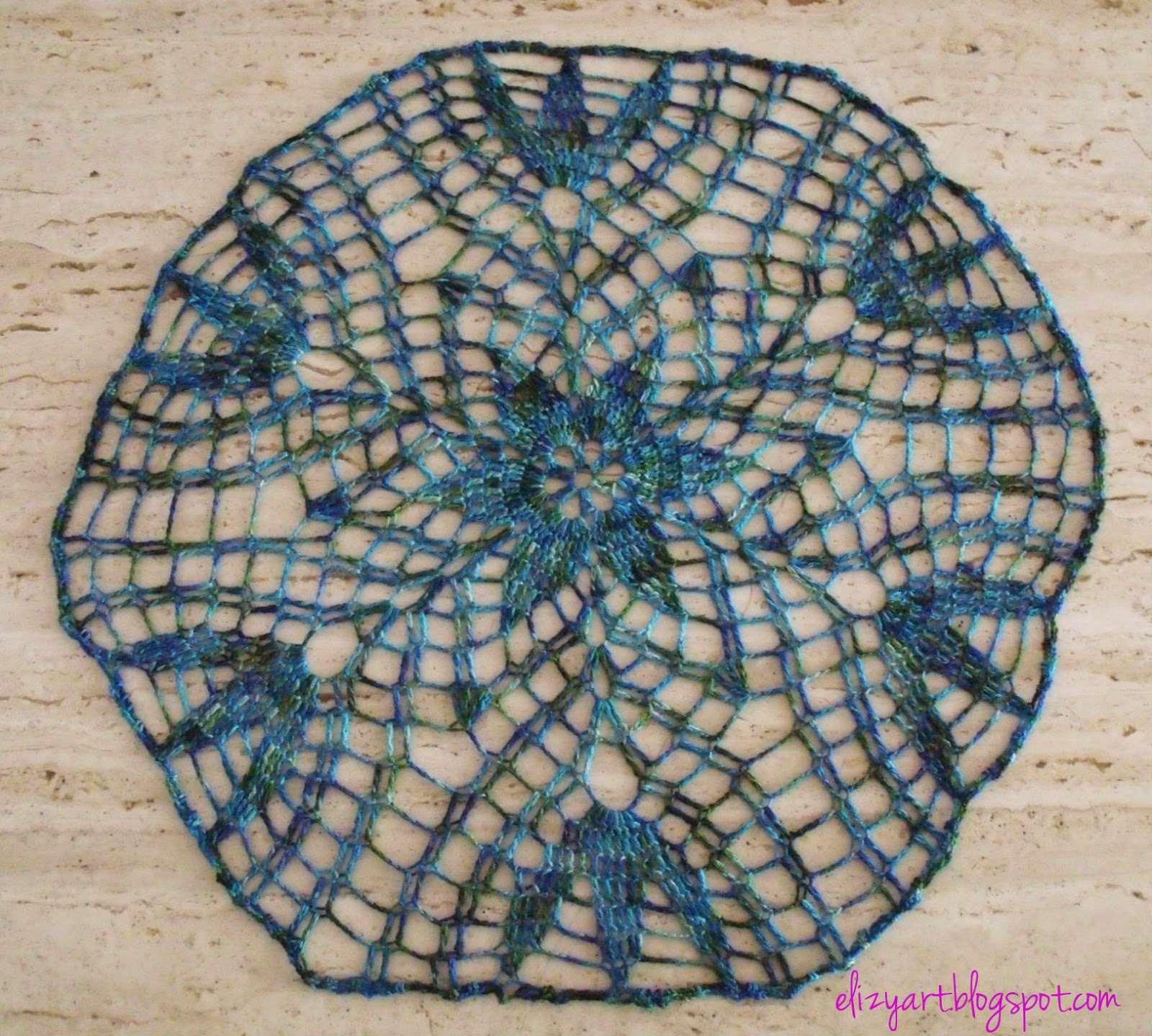 http://elizyart.blogspot.com.es/2014/07/a-doily-and-some-crafty-things.html