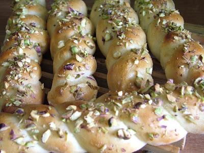 Paluchy drożdżowe z pistacjami