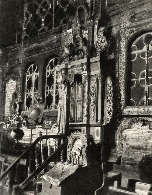 Przedbórz, nieistniejąca bóżnica - wnętrze sali z widokiem na aron ha-kodesz.