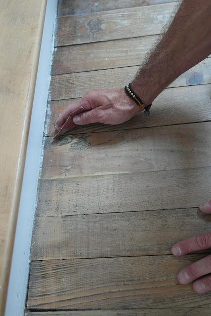 Holzboden vor dem streichen anschleifen