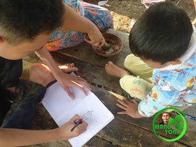 Anak - anak saya bermain menggambar, si kaka menggamar si adek memperhatikan.