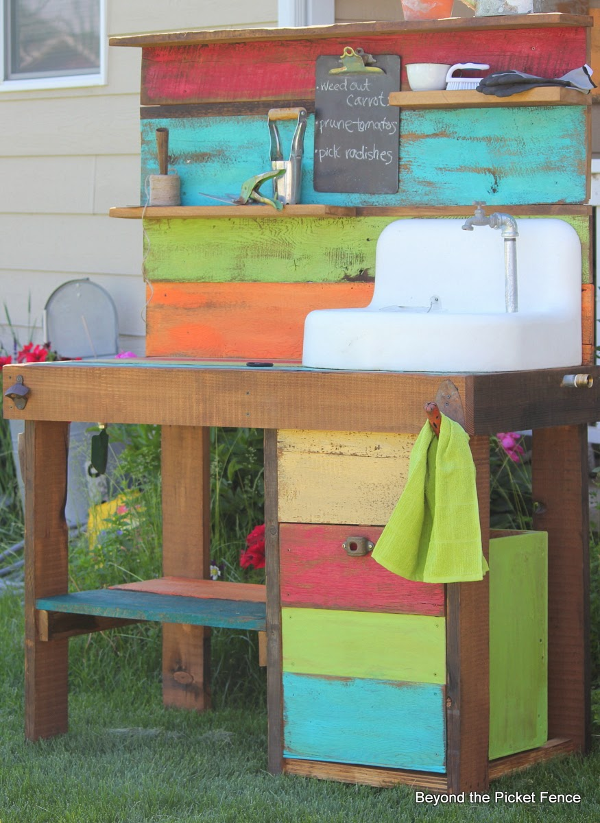 reclaimed wood potting bench http://bec4-beyondthepicketfence.blogspot.com/2014/06/potting-bench-challenge.html