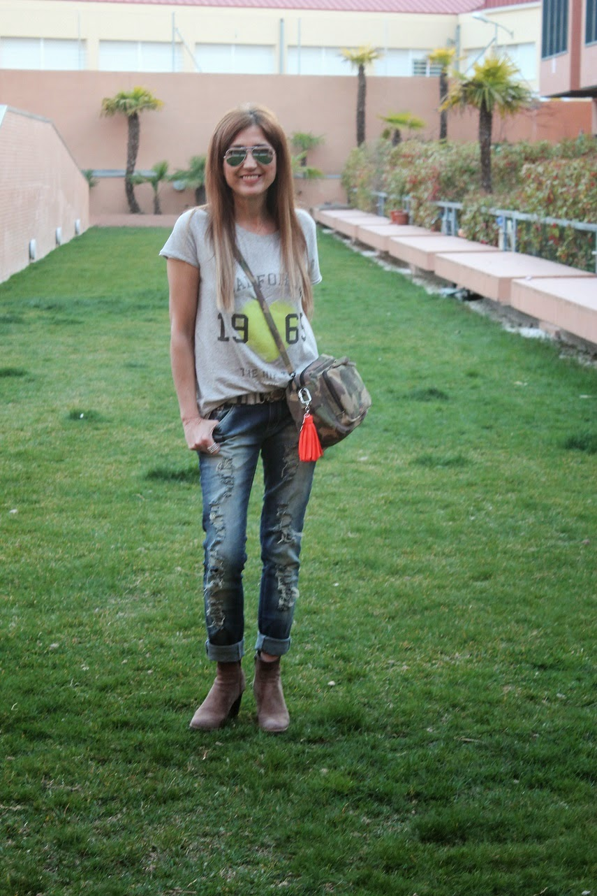 Street style, fashion blogger, blog de moda, look, jeans destroyer, bolso camo, tshirt  The Hip Tee, Carmen Hummer