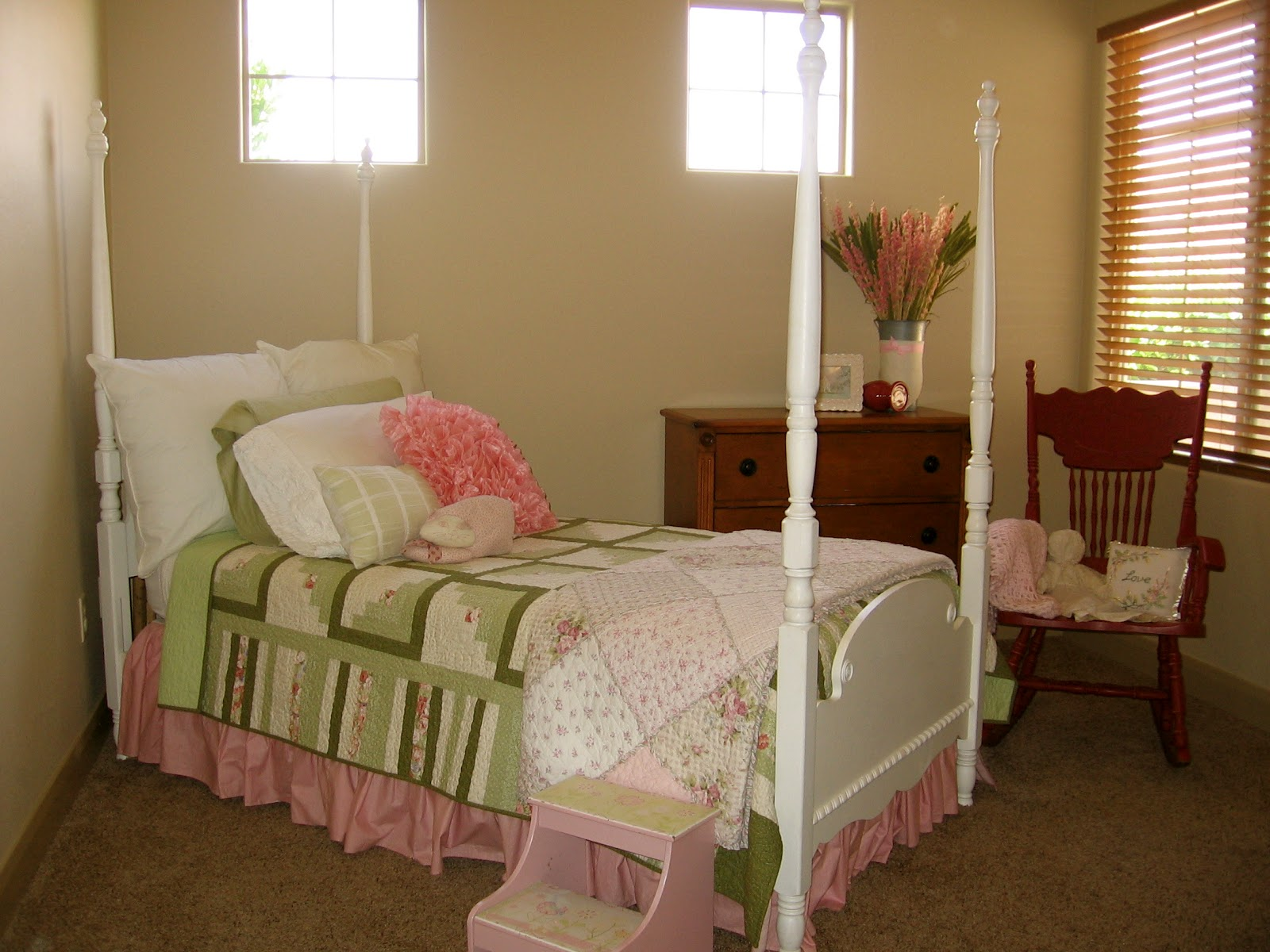the lemonade stand adorable four poster twin bed. Black Bedroom Furniture Sets. Home Design Ideas