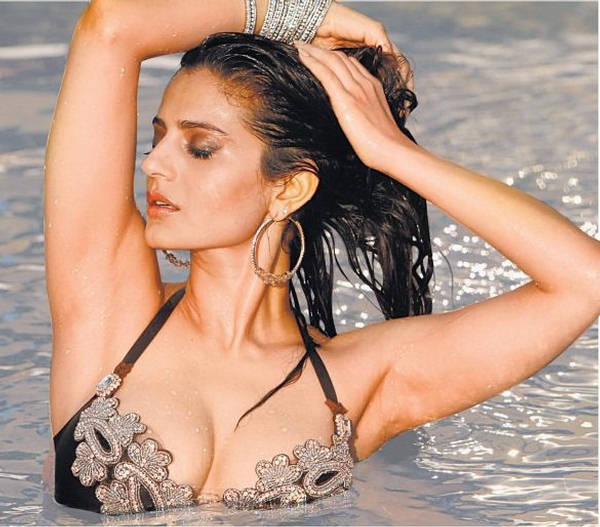Indian Celebrity: Ameesha Patel Sexy Poses In Hottest Bikini Ever