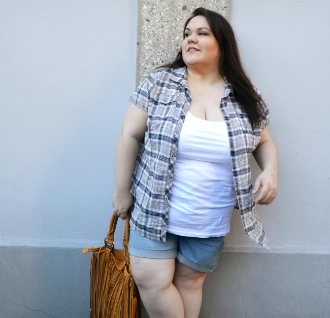 outfit plus size shorts in denim, canotta e camicia fantasia tartan