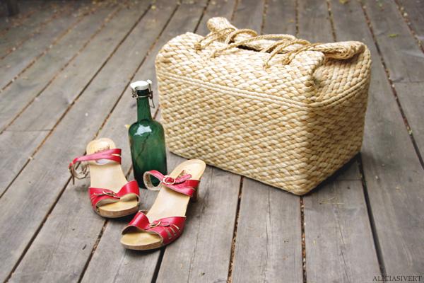 aliciasivert, alicia sivertsson, bag, picnic hamper, basket, trug, shoes, red sandals, sandal, vintage, second hand, bottle, picknickkorg, picknick, korg, väska, träskor, skor, sandaler, 70-tal, röda träskosandaler, flaska, saftflaska, patentkork, andrahand, begagnat