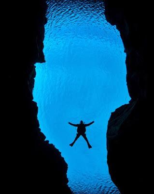 Mergulhador no cânion entre as placas da América do Norte e Eurásia