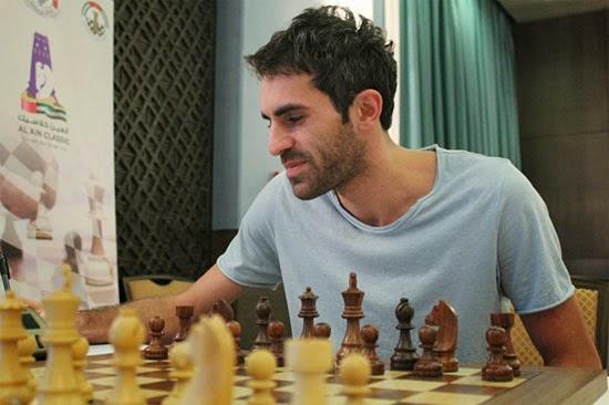 Le vainqueur du tournoi d'échecs d'Al Ain Gaioz Nigalidze semble très détendu à l'échiquier et rentre chez lui avec la coquette somme de 11.000 $ © site officiel