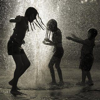 http://4.bp.blogspot.com/-X5hLkvQDxLI/T2XAbcYJXPI/AAAAAAAAFgY/siT-BC0T94Y/s1600/Children+in+the+rain.jpg