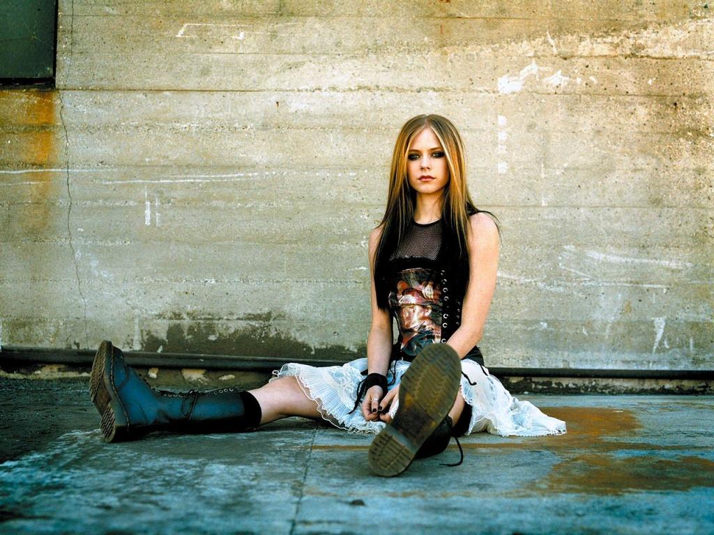 http://4.bp.blogspot.com/-X5prVxLgbs4/T9cuW6randI/AAAAAAAADq8/IsfEYVw4EYk/s1600/Avril+Lavigne+wallpaper+(21).jpg