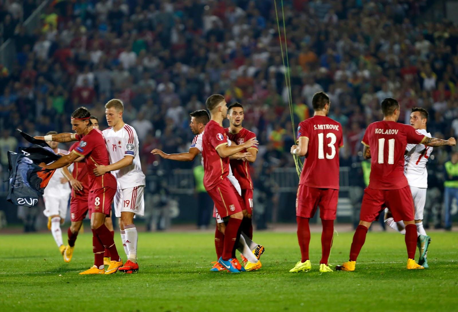 Caos en partido Serbia vs Albania a causa de un dron