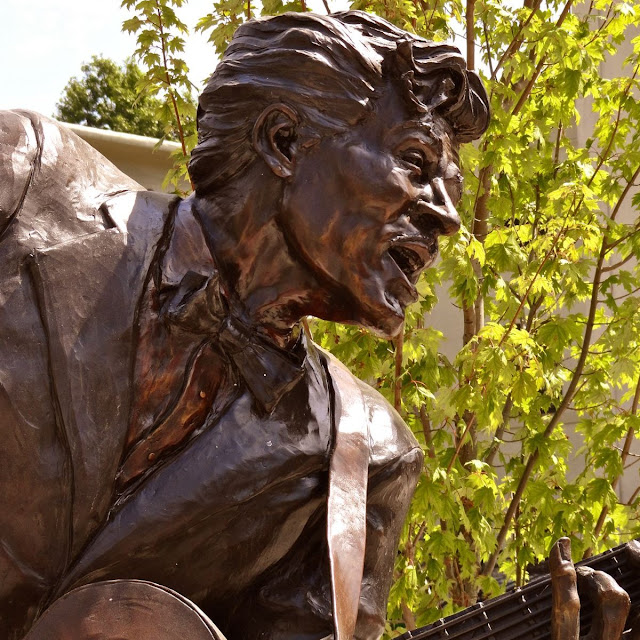 Chuck Berry statue - Johnny B. Goode
