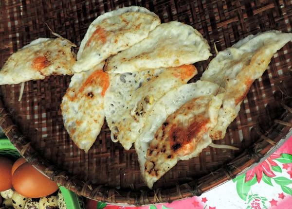 Bánh xèo miền Trung có độ giòn và màu vàng tươi tự nhiên, là món ăn được bày bán nhiều nơi ở Phú Yên.