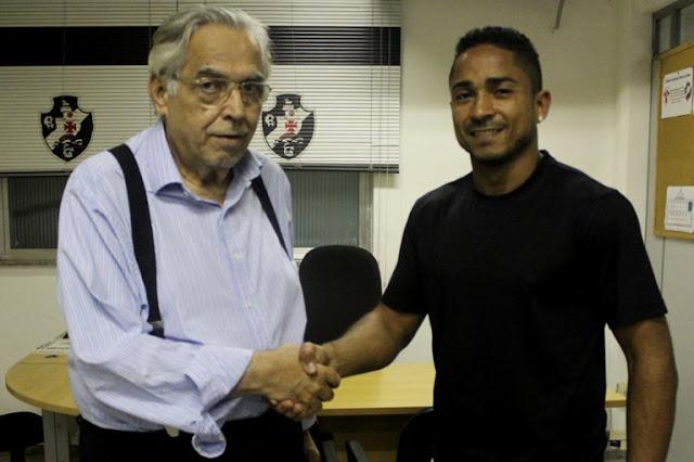 Antes mesmo de ser apresentado, Jorge Henrique já posou ao lado do presidente Eurico Miranda (Foto: Carlos Gregório Jr/ Vasco)