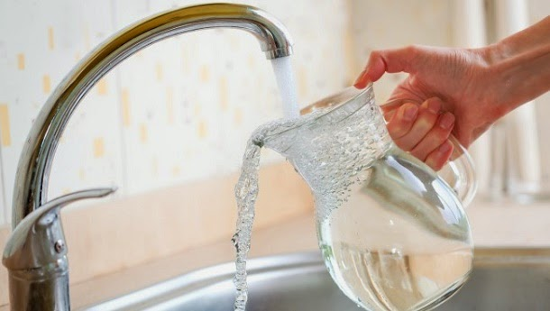 4 formas simples de beber mais água todos os dias