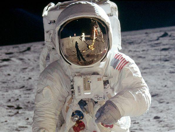 moon hoax reflections 10060 600x450 Menganalisa Peristiwa Pendaratan Manusia Pertama Kali Di Bulan
