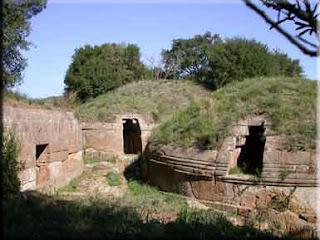 In Croazia, le costruzioni in pietra più antiche conosciute sono i tumuli illirici (Richard Prikryl,2004)